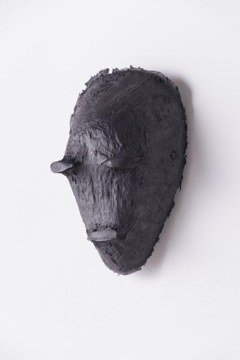 <em>Figure sans nom - Intérieur Tschokwe</em>, 2020 Silicone noir frotté à la mine de plomb Moulage en silicone de l'intérieur d'un masque Tschokwe 24 x 18 x 15 cm Photographie copyright Patrick Danino